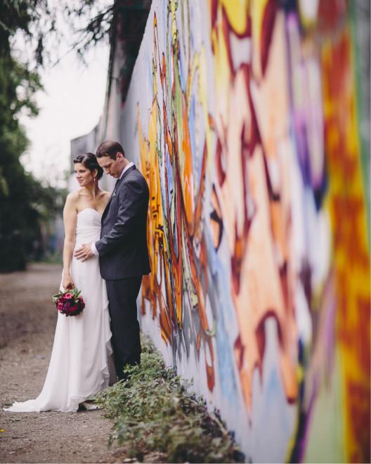 Brautpaar, Salon Zwei Braut Make Up und lockere Hochsteckfrisur