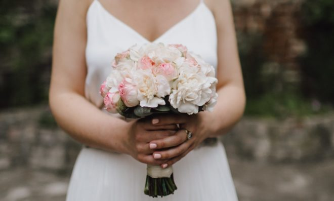 Braut hält den Brautstrauß