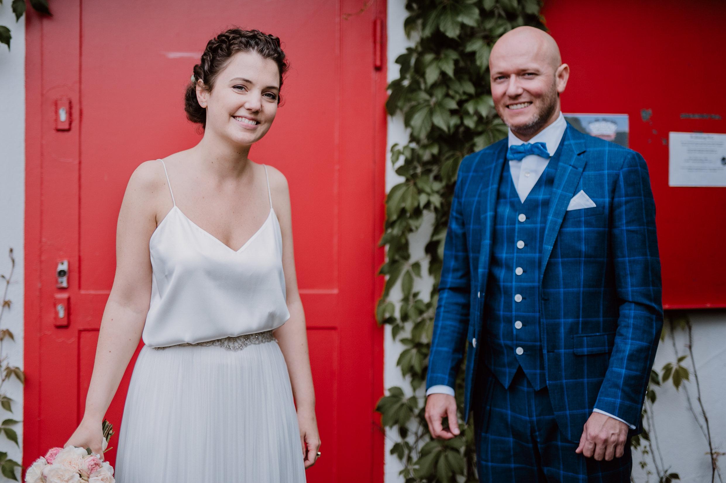 Das glückliche Brautpaar - Braut mit natürlichem Make Up und Hochsteckfrisur von Salon Zwei in Köln