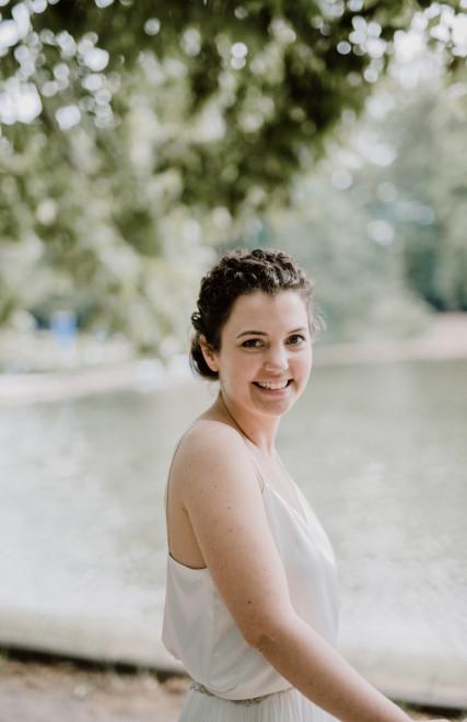 Braut mit natürlichem Make Up und Hochsteckfrisur von Salon Zwei in Köln