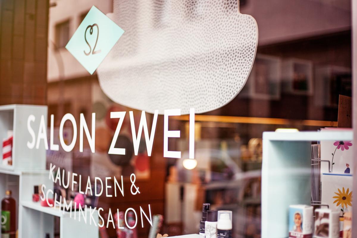 Salon Zwei – Schaufenster gefüllt mit Naturkosmetik