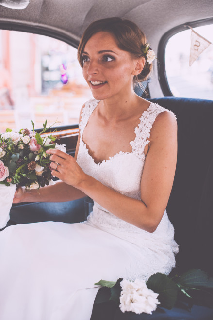 Salon Zwei Braut Make Up und lockere Brautfrisur mit Blumenkranz