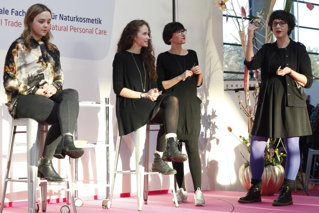 Claudia Schaaf und Kathrin vom Salon Zwei auf der Vivaness Bühne