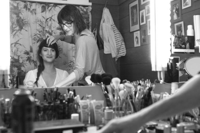 Claudia und Lucy im Schminksalon